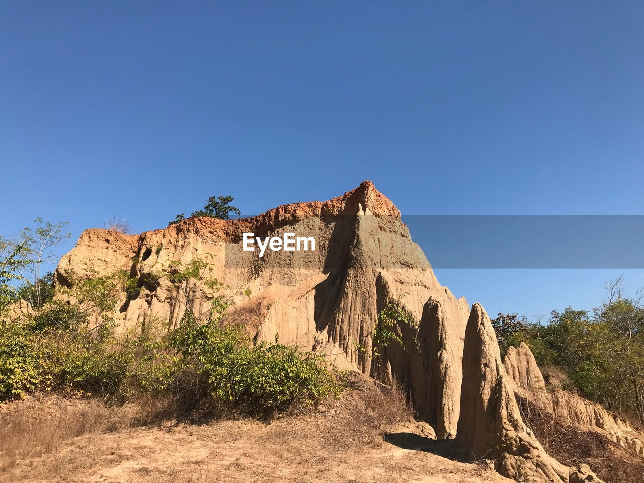 PANORAMIC VIEW OF MOUNTAIN AGAINST CLEAR BLUE SKY