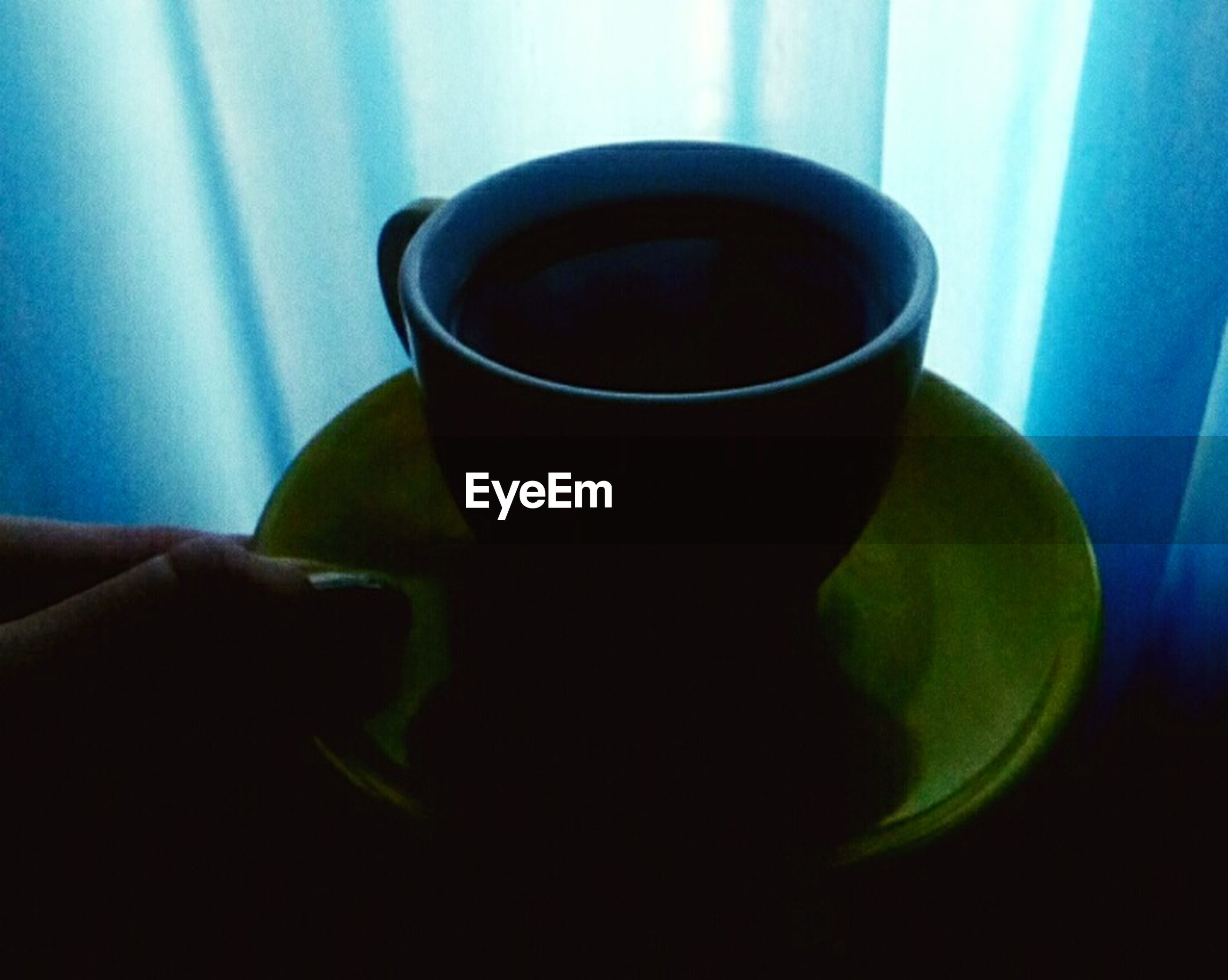 drink, coffee cup, food and drink, refreshment, coffee - drink, cup, indoors, human hand, tea - hot drink, table, freshness, human body part, close-up, day, one person, people