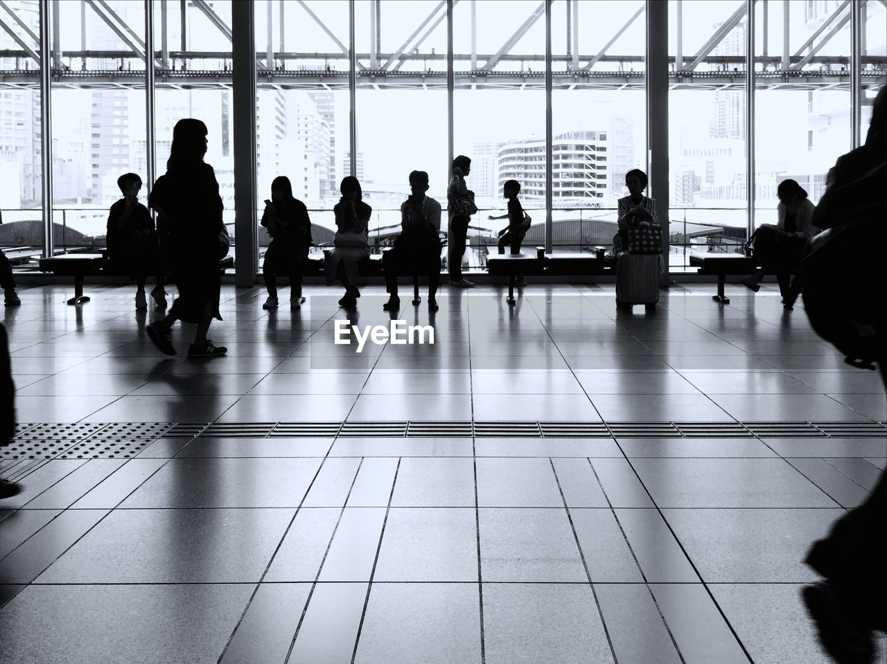 group of people, real people, men, indoors, crowd, flooring, adult, women, large group of people, architecture, window, transportation, travel, day, tile, airport, lifestyles, leisure activity, group, tiled floor