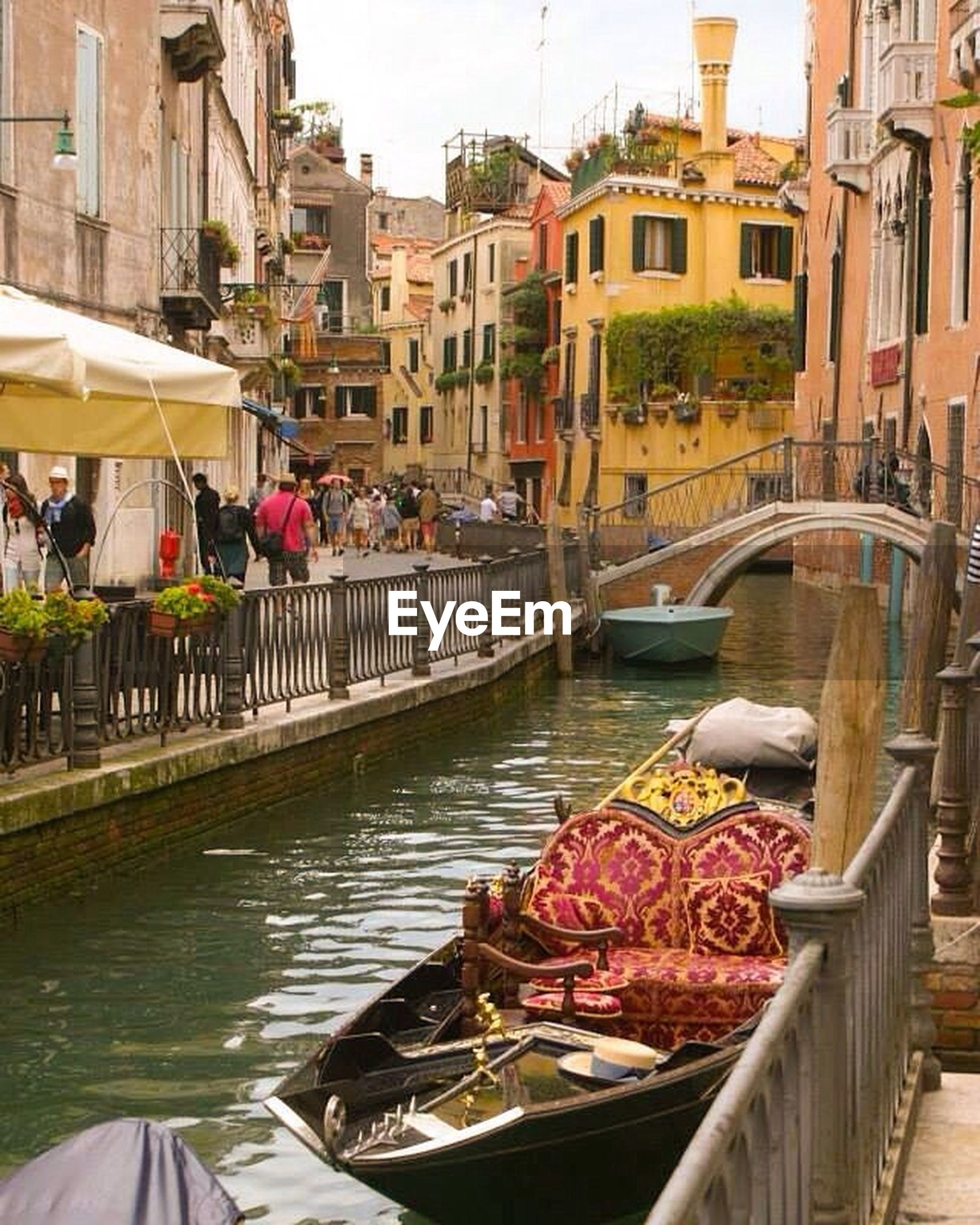 architecture, built structure, building exterior, men, person, water, canal, lifestyles, railing, market stall, day, incidental people, nautical vessel, large group of people, city, leisure activity, food and drink, market, outdoors