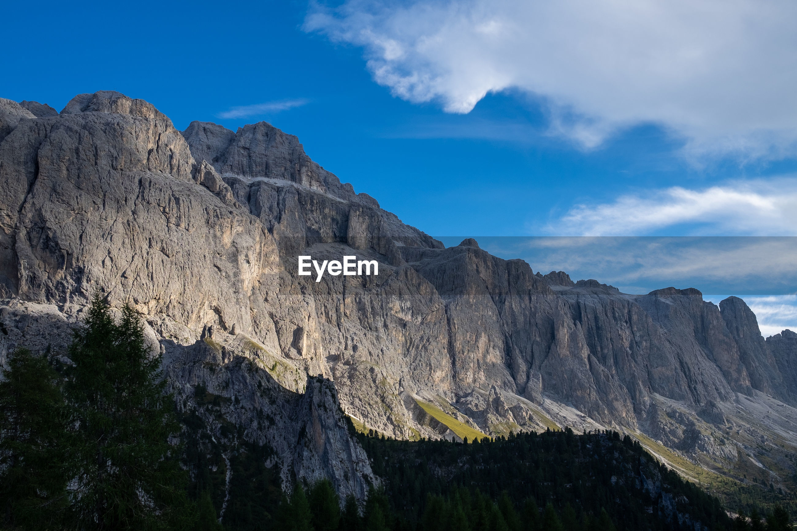 SCENIC VIEW OF ROCKY MOUNTAIN AGAINST SKY