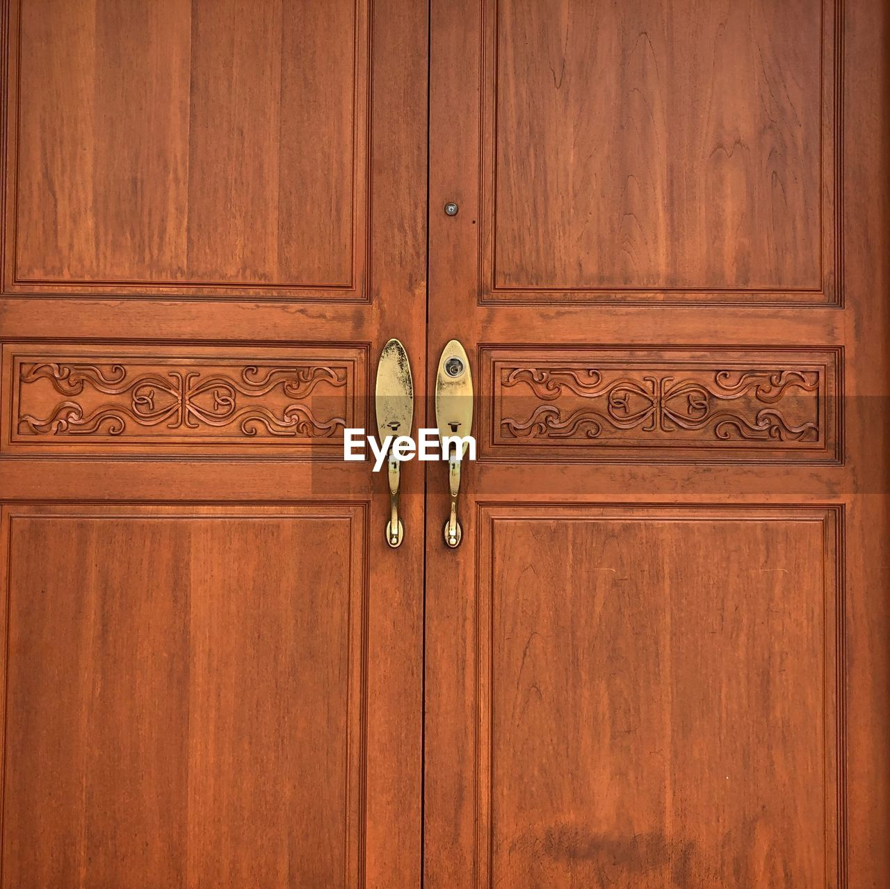 wood - material, door, entrance, no people, knob, closed, brown, protection, security, wood, safety, doorknob, day, full frame, pattern, indoors, architecture, close-up, handle, ornate, wood grain, carving