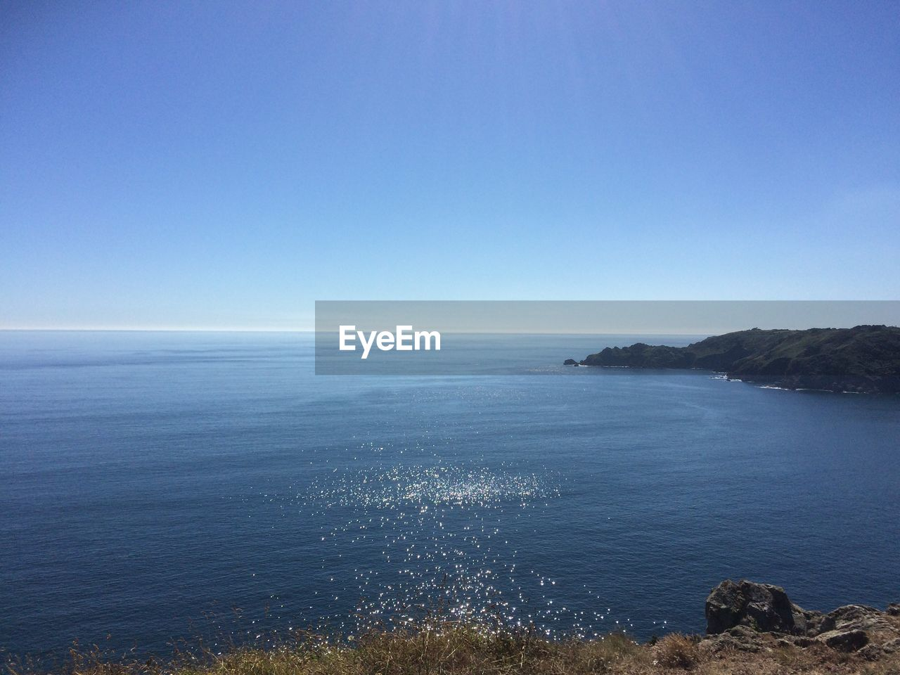 sea, nature, tranquil scene, beauty in nature, scenics, tranquility, horizon over water, water, clear sky, blue, copy space, idyllic, no people, day, outdoors, cliff, sky, scenery