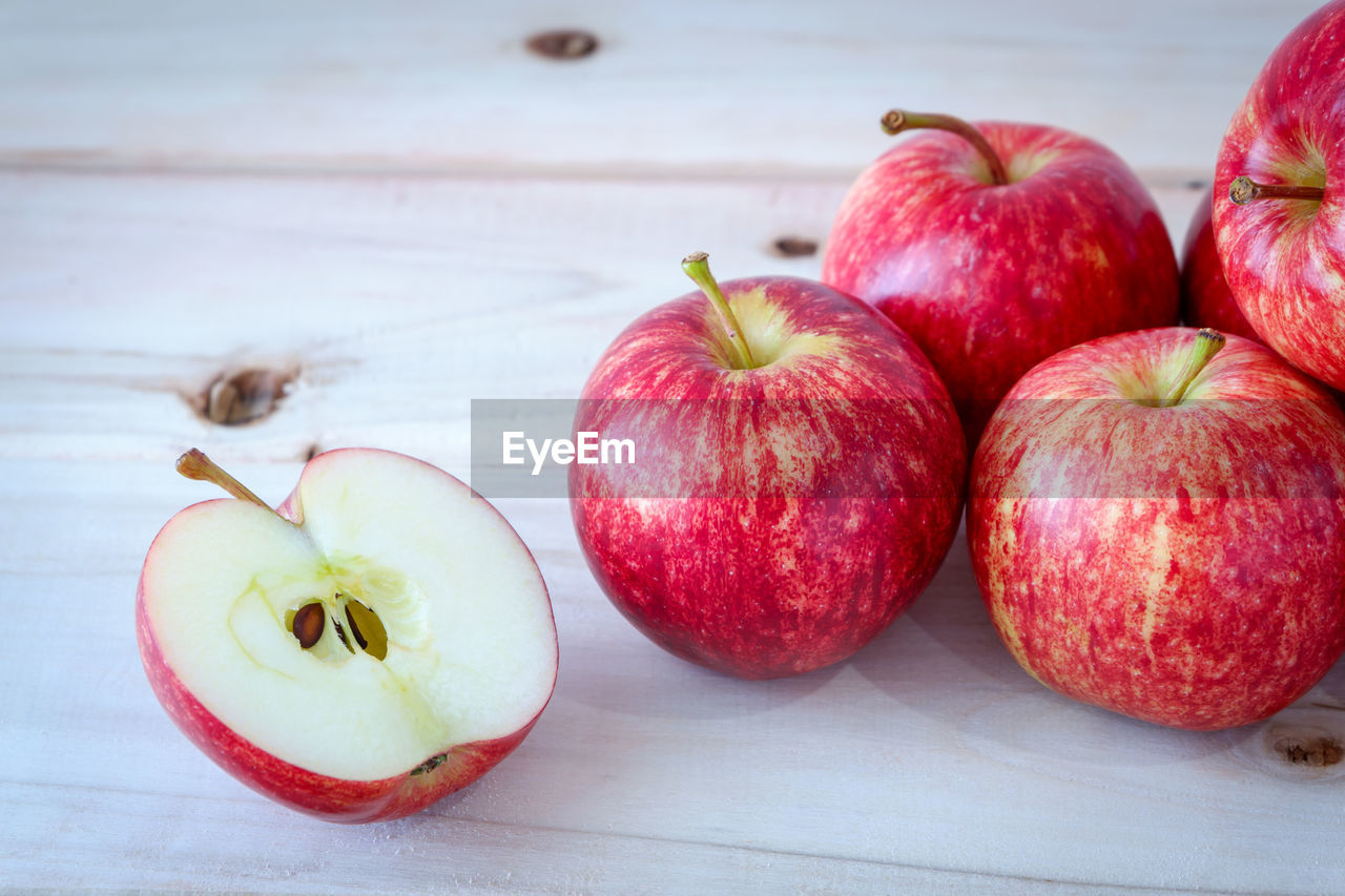 CLOSE-UP OF APPLES IN PLATE