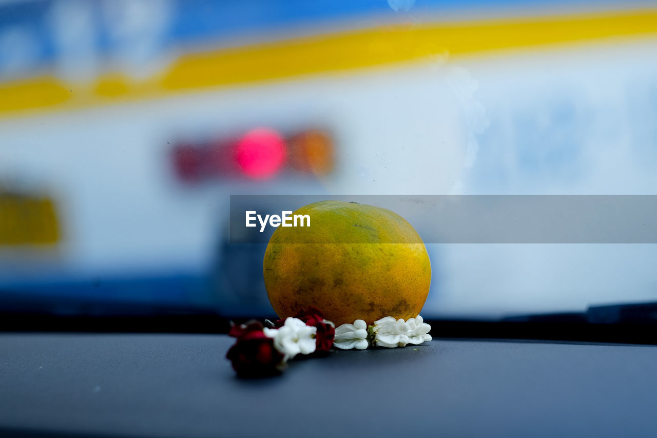 fruit, food and drink, healthy eating, food, freshness, focus on foreground, yellow, apple - fruit, close-up, table, no people, indoors, citrus fruit, healthy lifestyle, red, day, nature