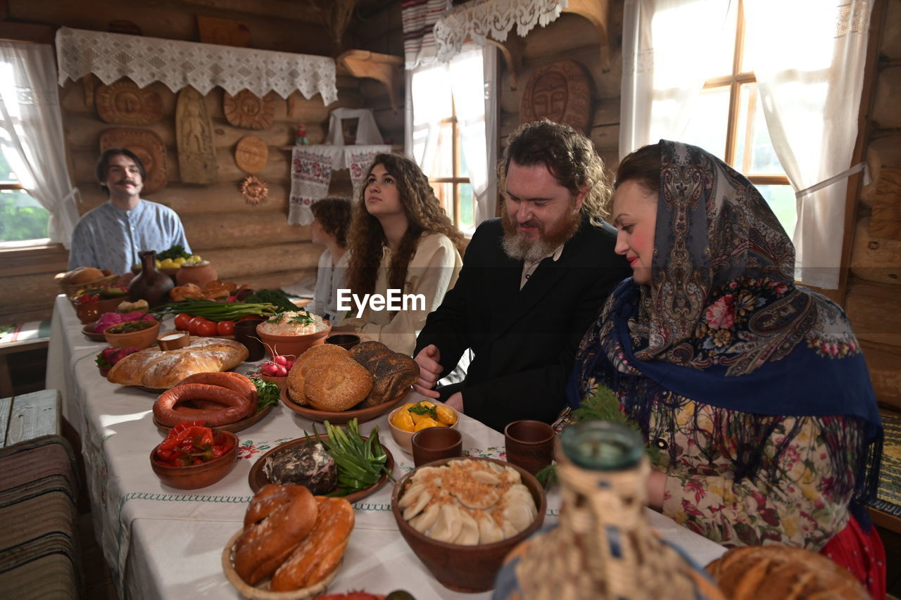 GROUP OF PEOPLE IN A FOOD