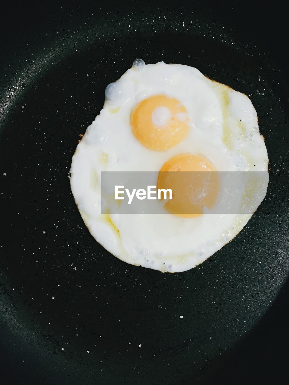 food, fried egg, food and drink, fried, pan, healthy eating, ready-to-eat, egg, egg yolk, frying pan, kitchen utensil, wellbeing, freshness, meal, indoors, no people, directly above, breakfast, cooking pan, still life, preparation, sunny side up, temptation
