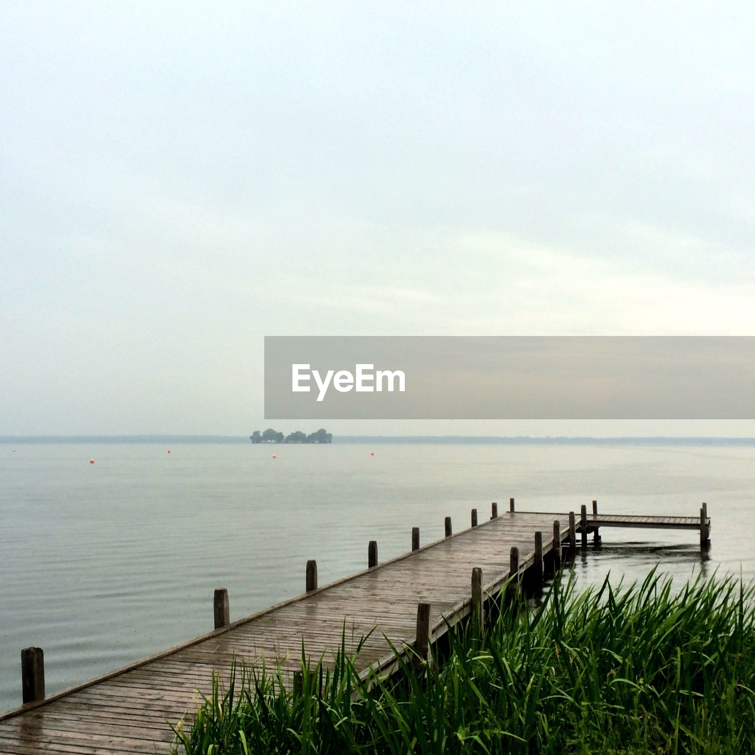 sea, water, horizon over water, tranquil scene, tranquility, scenics, sky, beauty in nature, nature, grass, idyllic, pier, beach, day, calm, outdoors, copy space, shore, ocean, seascape