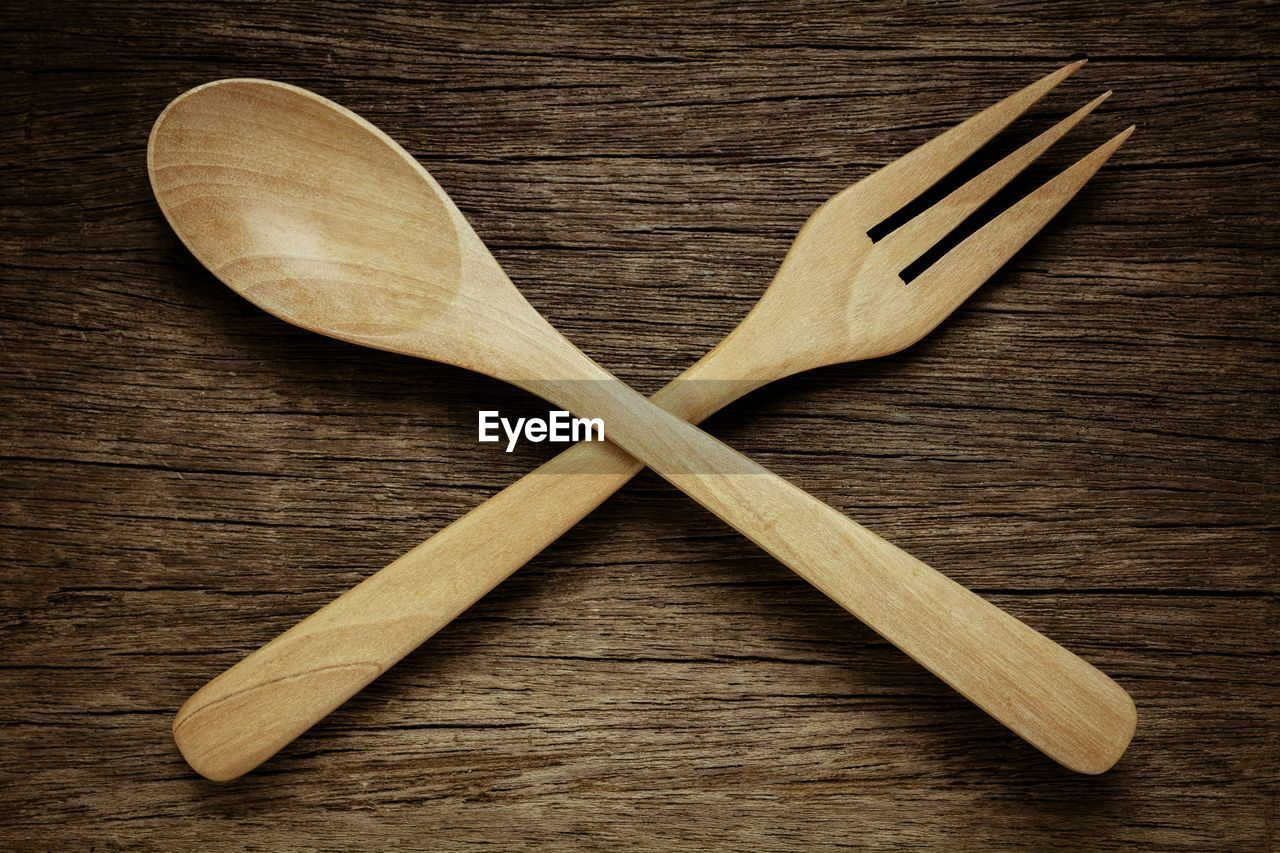 wood - material, kitchen utensil, indoors, eating utensil, directly above, no people, spoon, still life, wooden spoon, table, close-up, household equipment, wood, studio shot, simplicity, group of objects, cutting board, brown, wood grain, food