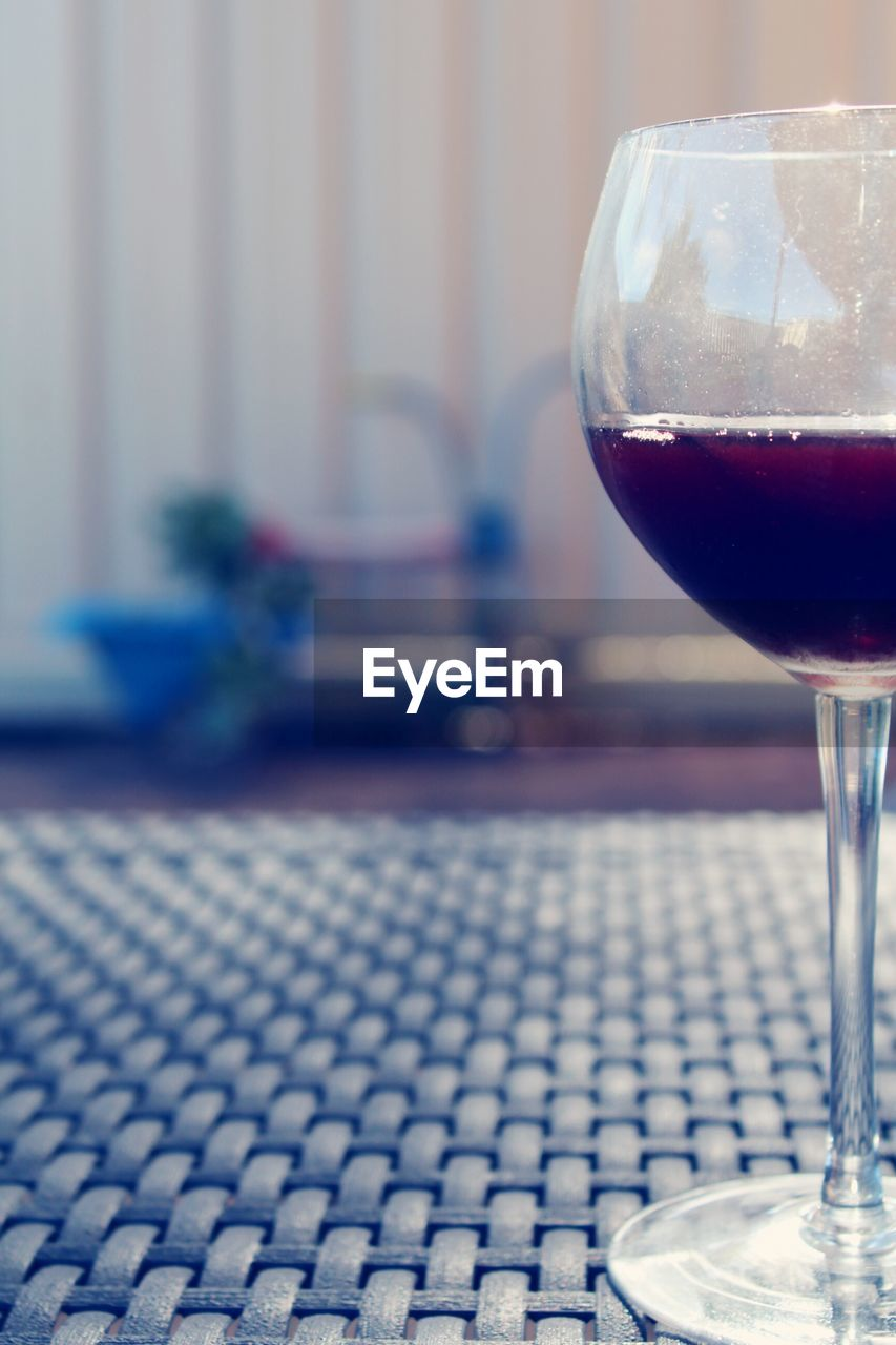 wineglass, indoors, table, focus on foreground, no people, close-up, drink, wine, drinking glass, alcohol, day, freshness