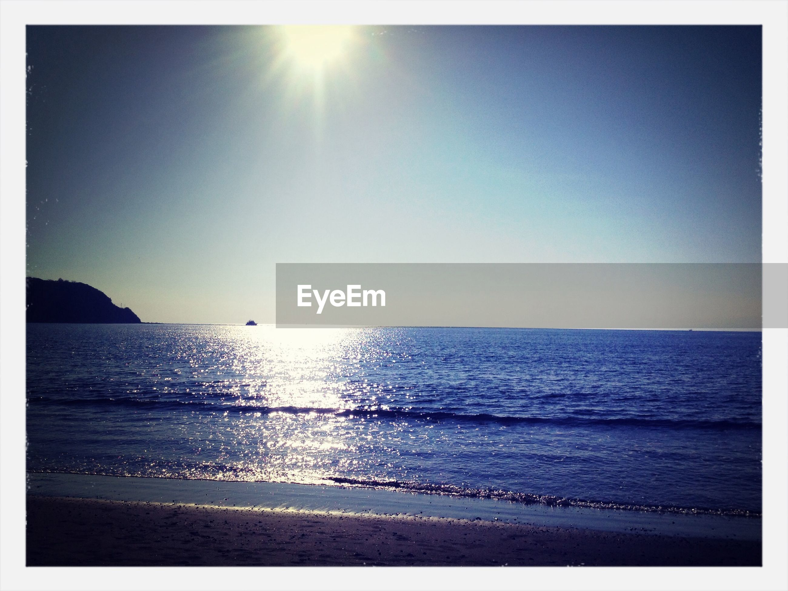 sea, horizon over water, water, sun, tranquil scene, scenics, tranquility, beach, beauty in nature, transfer print, clear sky, shore, nature, sunlight, idyllic, auto post production filter, copy space, sunbeam, sky, seascape
