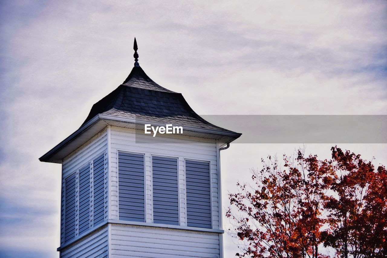 LOW ANGLE VIEW OF A BUILDING AGAINST SKY