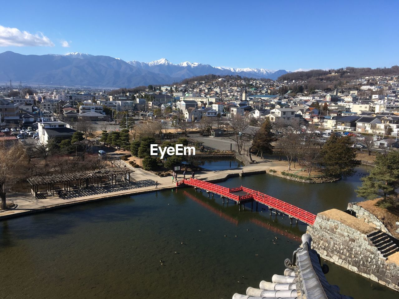 HIGH ANGLE VIEW OF RIVER AND TOWN AGAINST SKY
