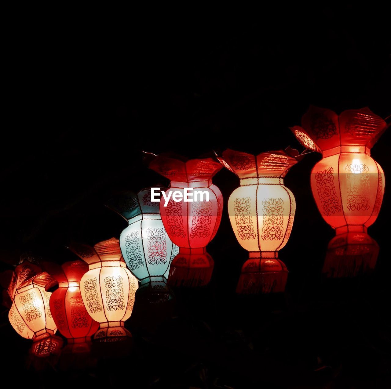 lighting equipment, illuminated, lantern, hanging, chinese lantern, night, decoration, paper lantern, celebration, chinese lantern festival, no people, cultures, chinese new year, red, low angle view, indoors