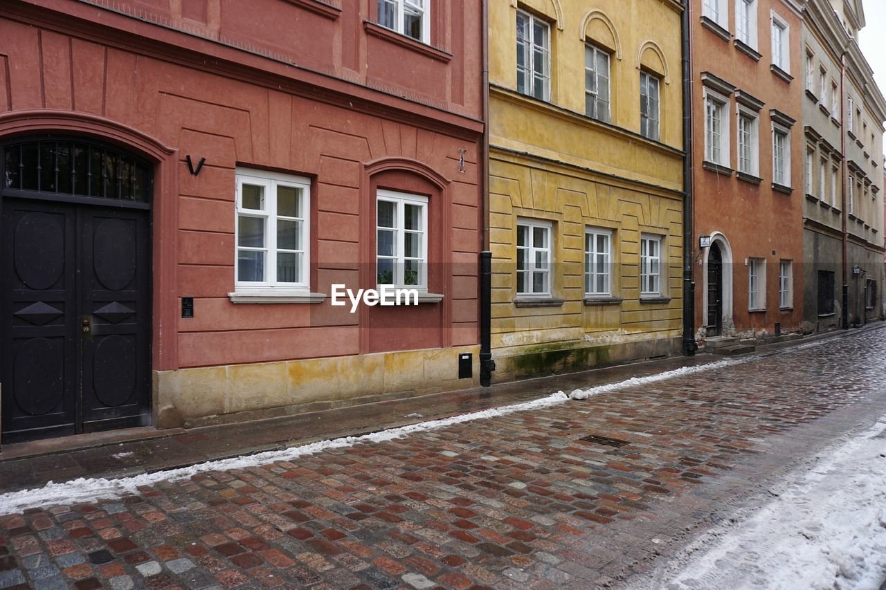 building exterior, architecture, built structure, window, street, outdoors, day, residential building, no people, city