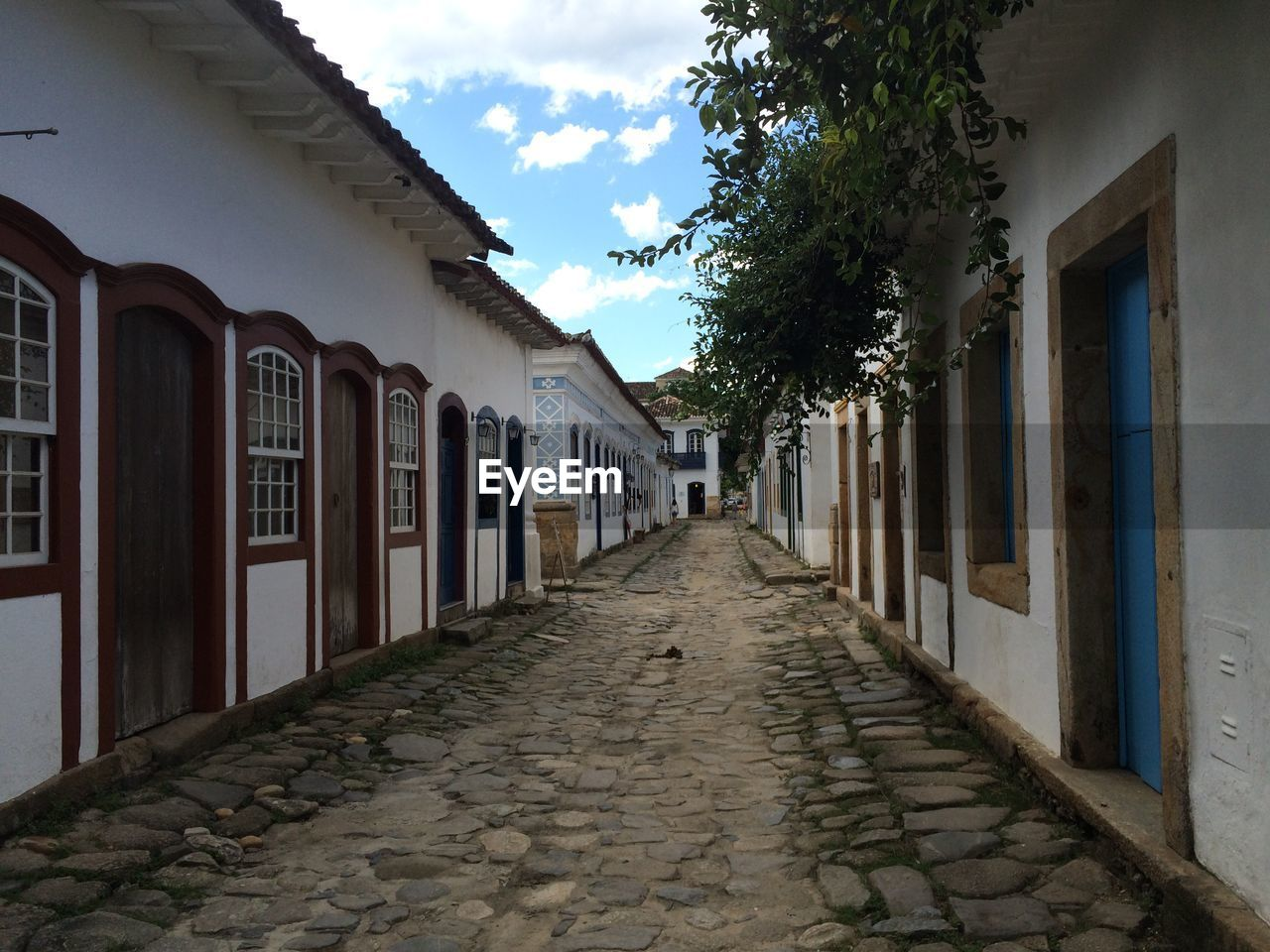 architecture, built structure, the way forward, building exterior, cobblestone, outdoors, day, sky, no people, walkway, tree