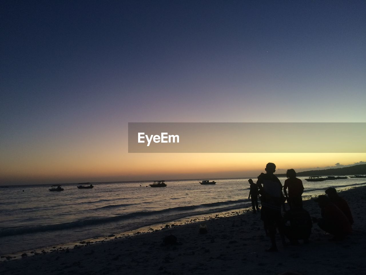 sea, water, sky, beach, real people, sunset, land, beauty in nature, scenics - nature, lifestyles, leisure activity, men, clear sky, people, nature, copy space, horizon over water, silhouette, horizon, outdoors
