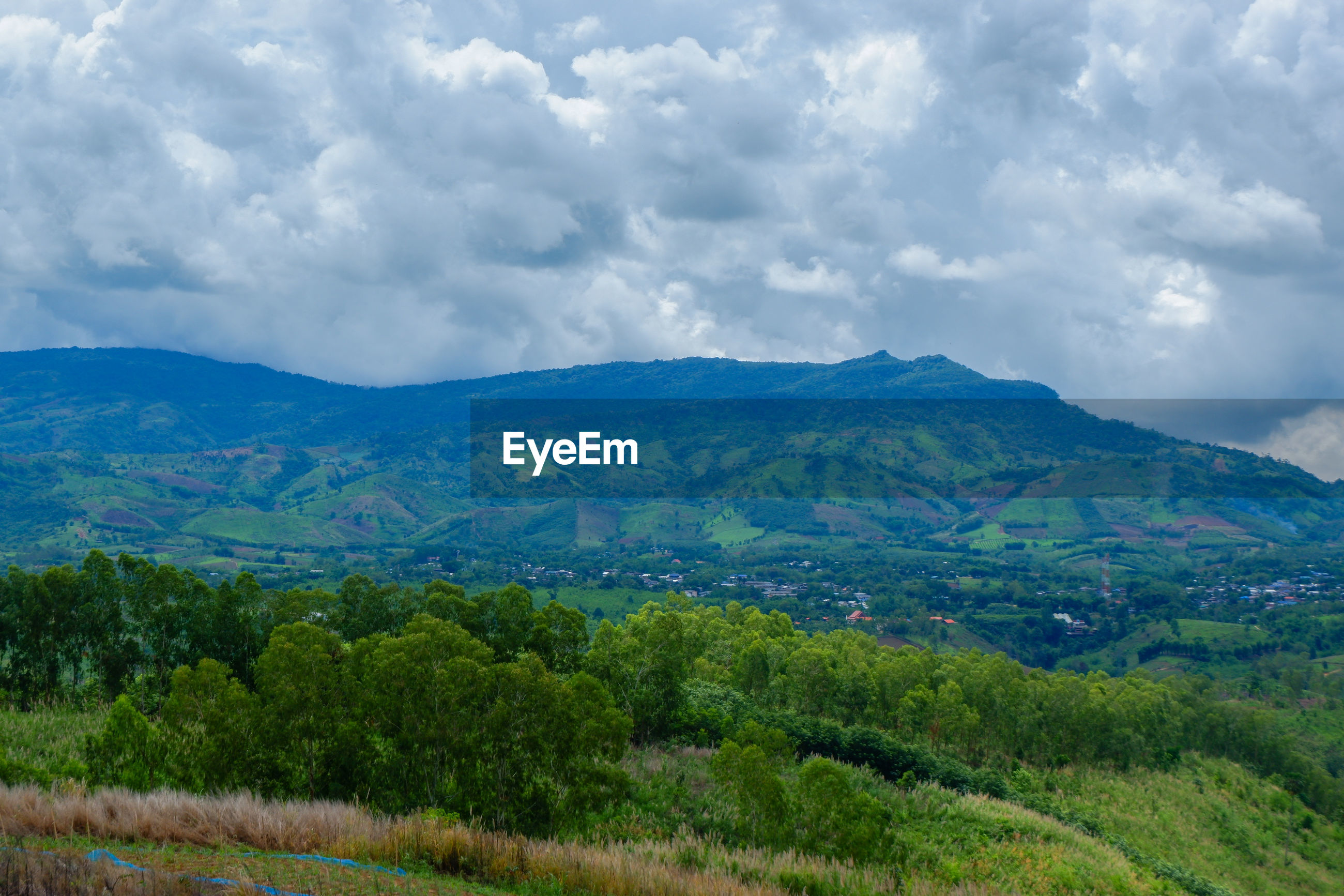 SCENIC VIEW OF LANDSCAPE AND MOUNTAIN AGAINST SKY