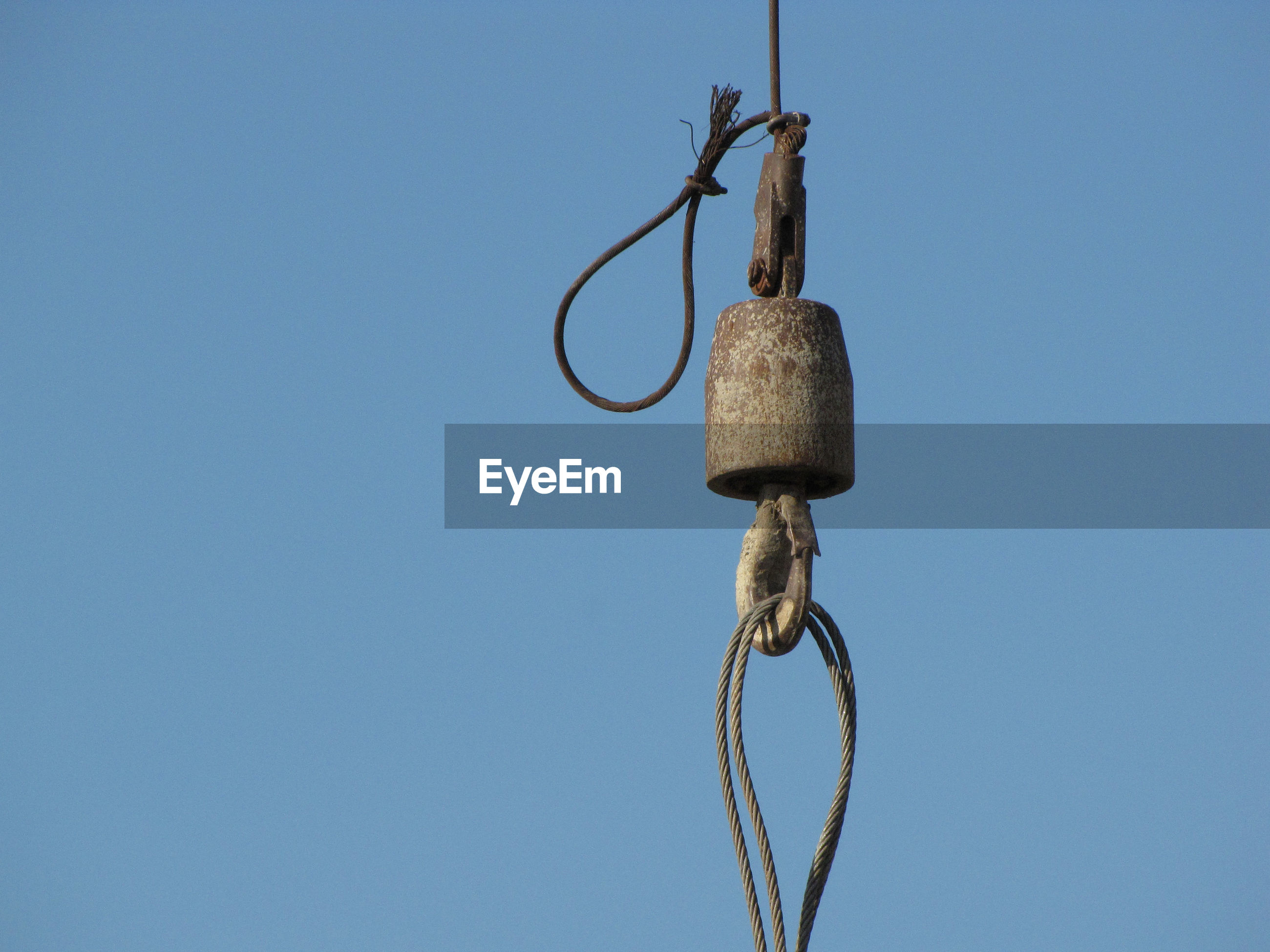 LOW ANGLE VIEW OF ROPE TIED UP AGAINST CLEAR BLUE SKY