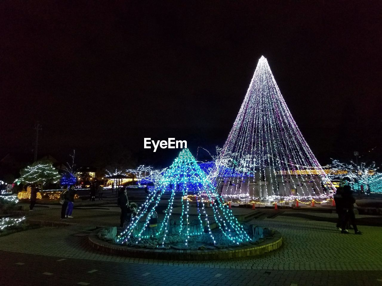 christmas tree, christmas decoration, christmas, celebration, night, illuminated, tree topper, christmas lights, christmas ornament, architecture, building exterior, outdoors, no people, clear sky, sky