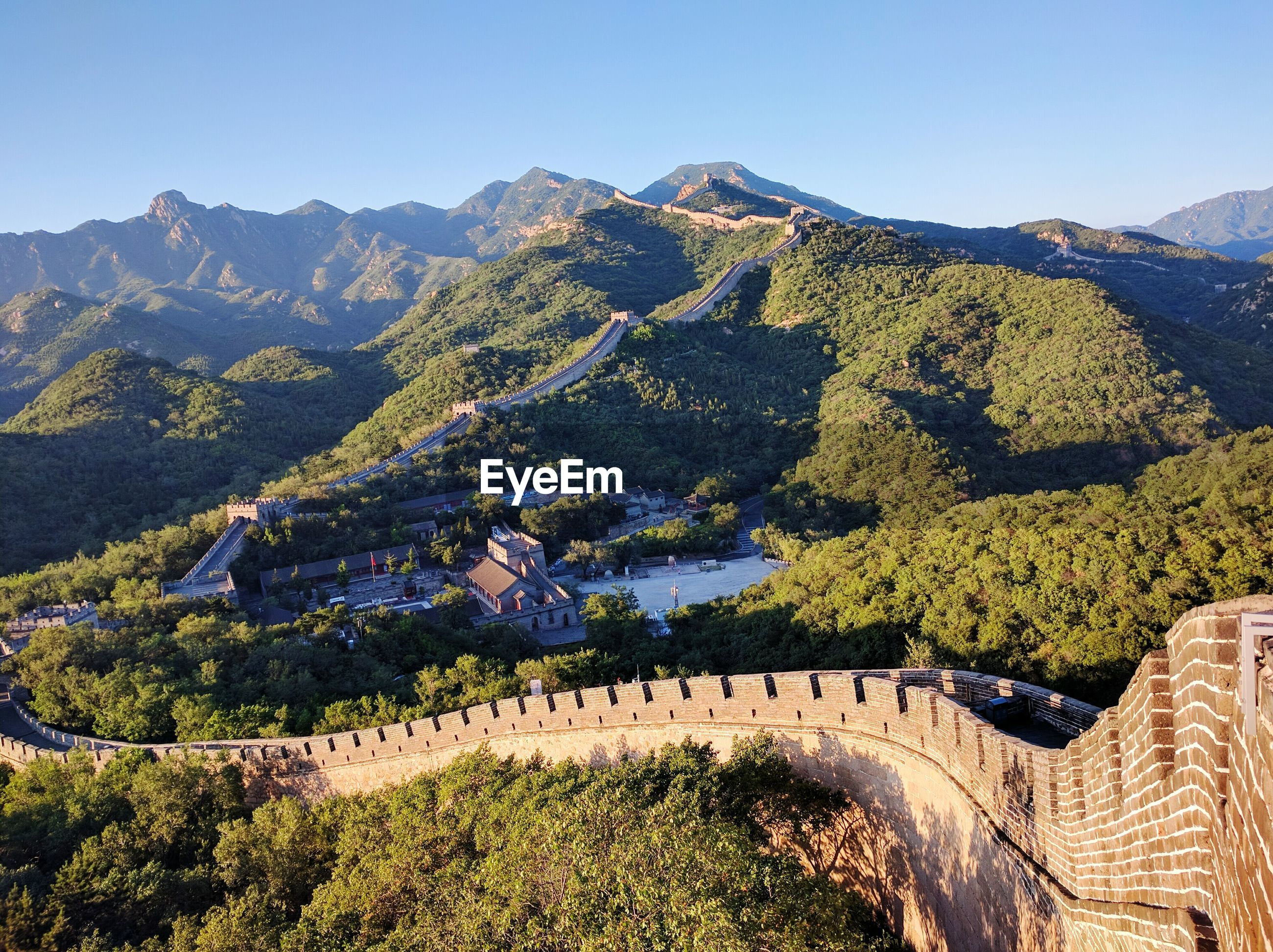 Great wall of china and mountains against sky