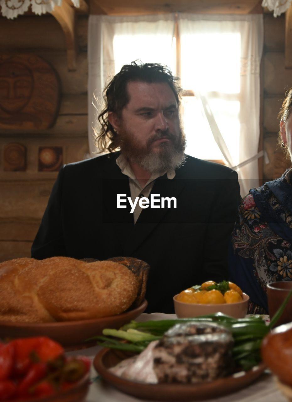MID ADULT MAN HAVING FOOD