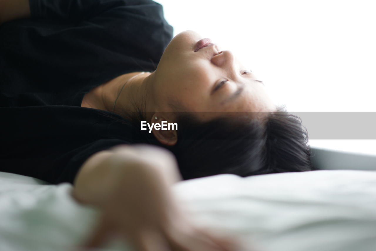 indoors, eyes closed, young adult, one person, relaxation, real people, young women, close-up, day, people