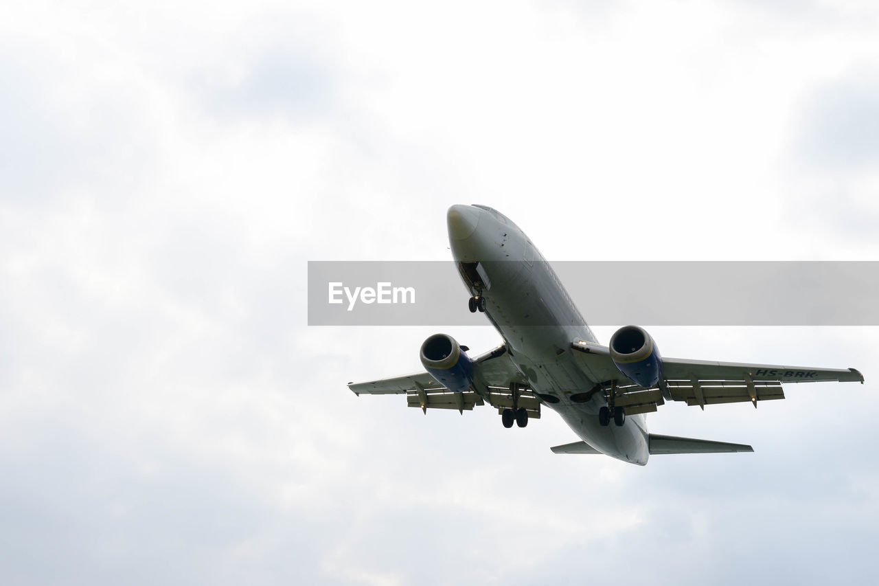 airplane, flying, sky, cloud - sky, air vehicle, transportation, journey, low angle view, mode of transport, travel, commercial airplane, jet engine, airport, day, aerospace industry, no people, outdoors, nature