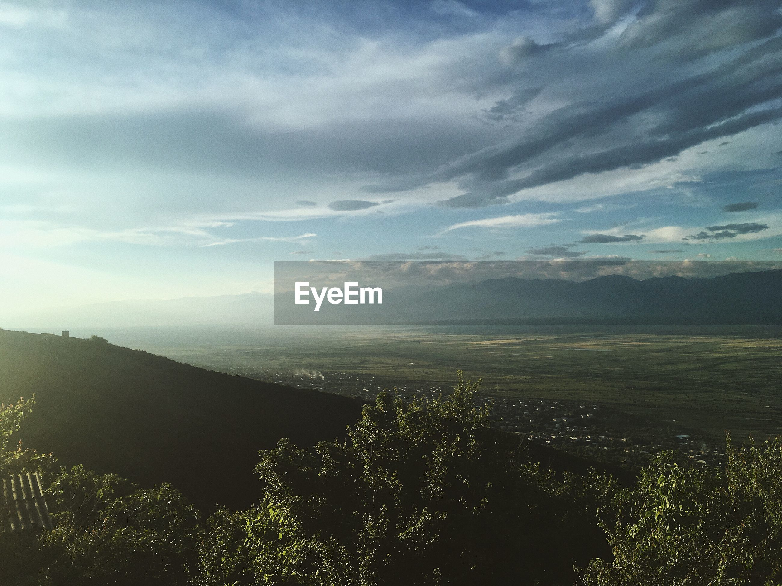 HIGH ANGLE VIEW OF LAND AND MOUNTAINS AGAINST SKY