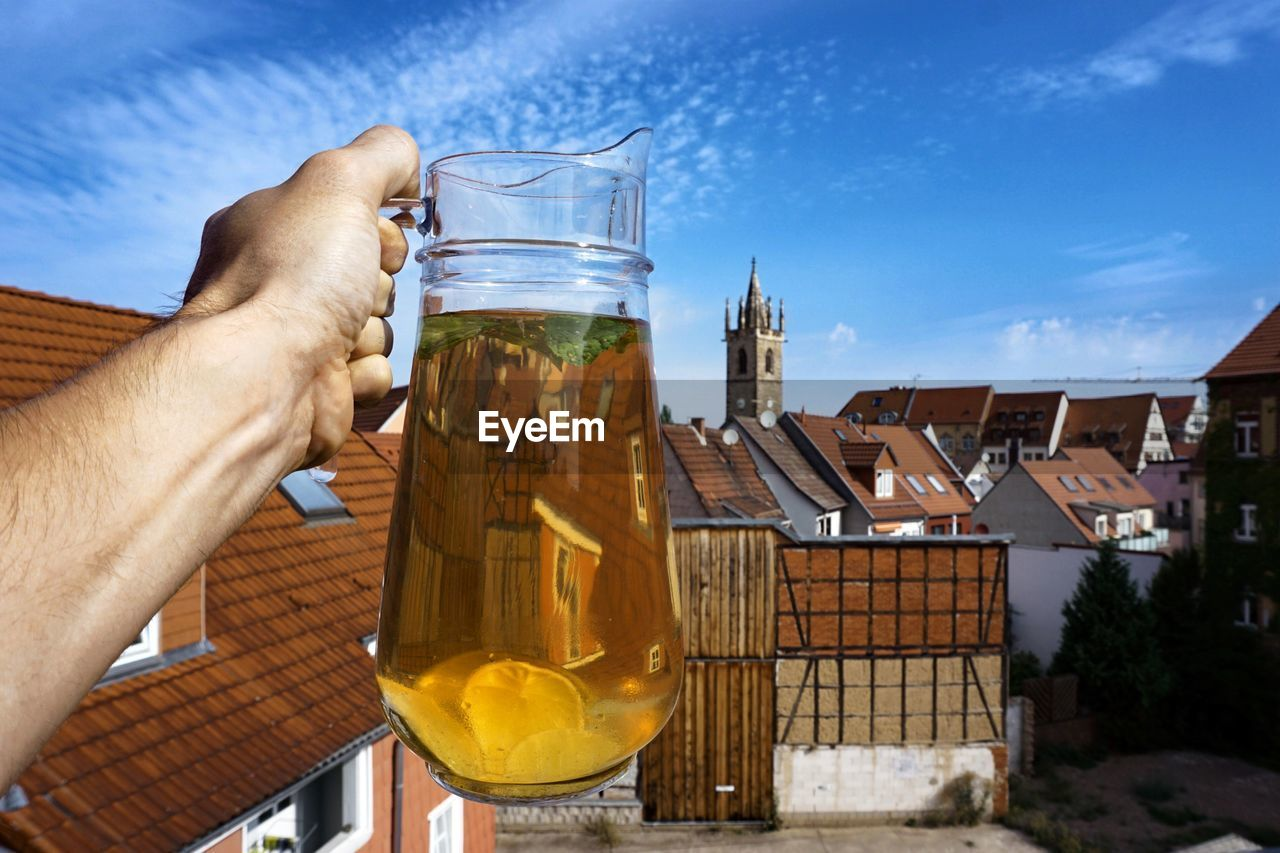 CROPPED IMAGE OF HAND HOLDING BEER GLASS