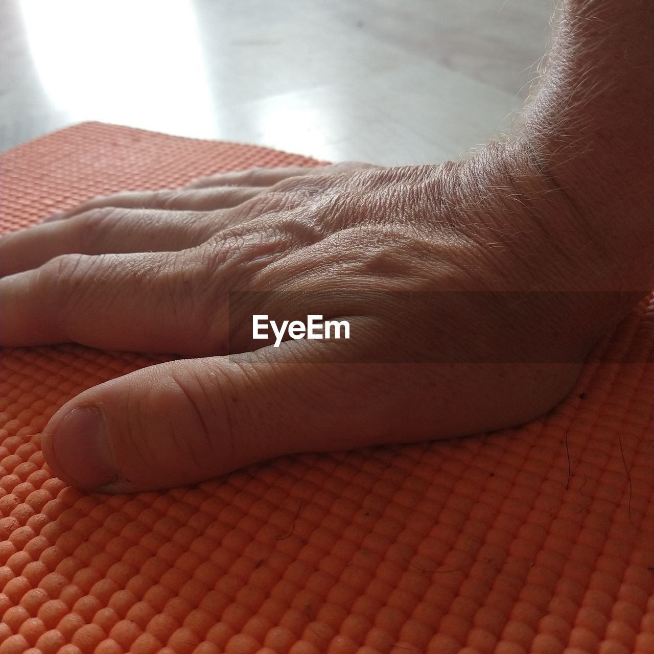 human body part, real people, body part, human hand, hand, one person, close-up, unrecognizable person, finger, human finger, lifestyles, skin, indoors, human skin, men, day, leisure activity, emotion, focus on foreground, human limb, human foot, care