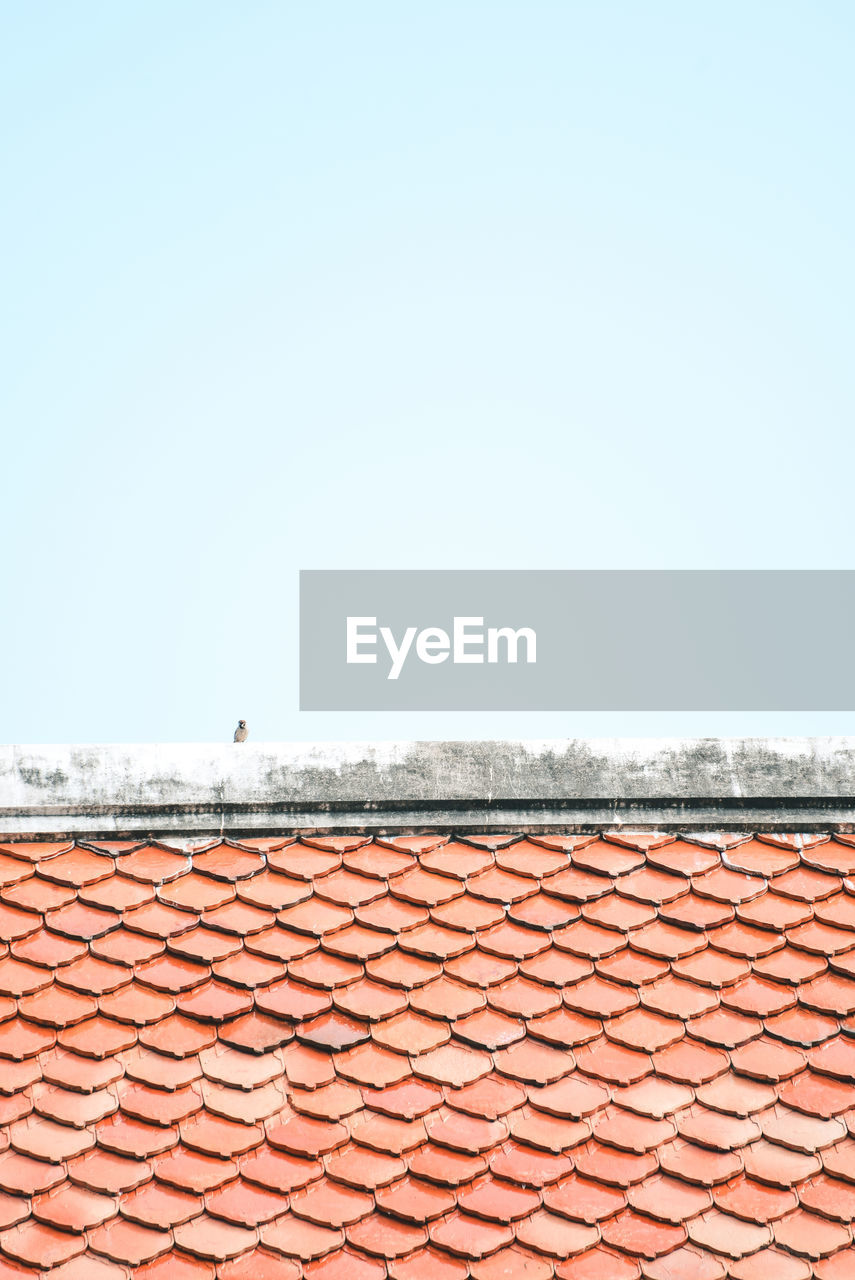 sky, clear sky, copy space, roof tile, roof, day, architecture, no people, nature, blue, water, built structure, outdoors, sea, sunlight, pattern, building exterior, horizon, horizon over water, salt flat