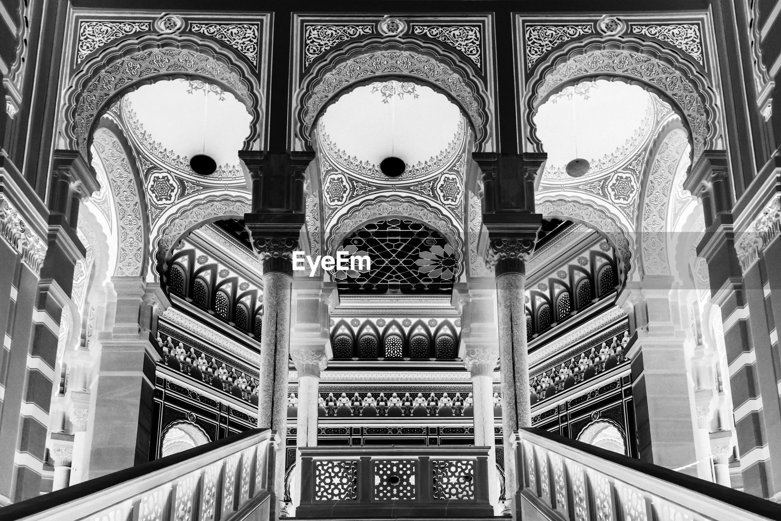 LOW ANGLE VIEW OF ORNATE CEILING OF BUILDING
