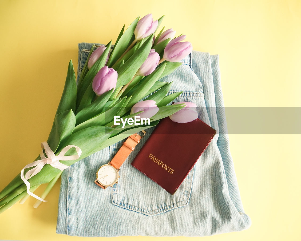 HIGH ANGLE VIEW OF FLOWER BOUQUET ON TABLE AGAINST WALL