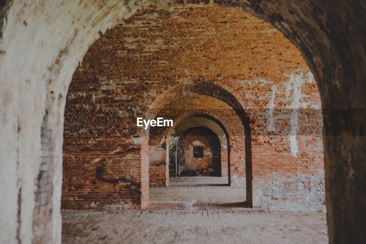 arch, architecture, built structure, building, old, history, wall, no people, the past, wall - building feature, brick, day, brick wall, indoors, abandoned, weathered, arcade, run-down, the way forward, deterioration, ruined, arched