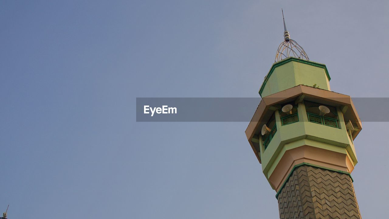 LOW ANGLE VIEW OF CLOCK TOWER AND BUILDING AGAINST SKY