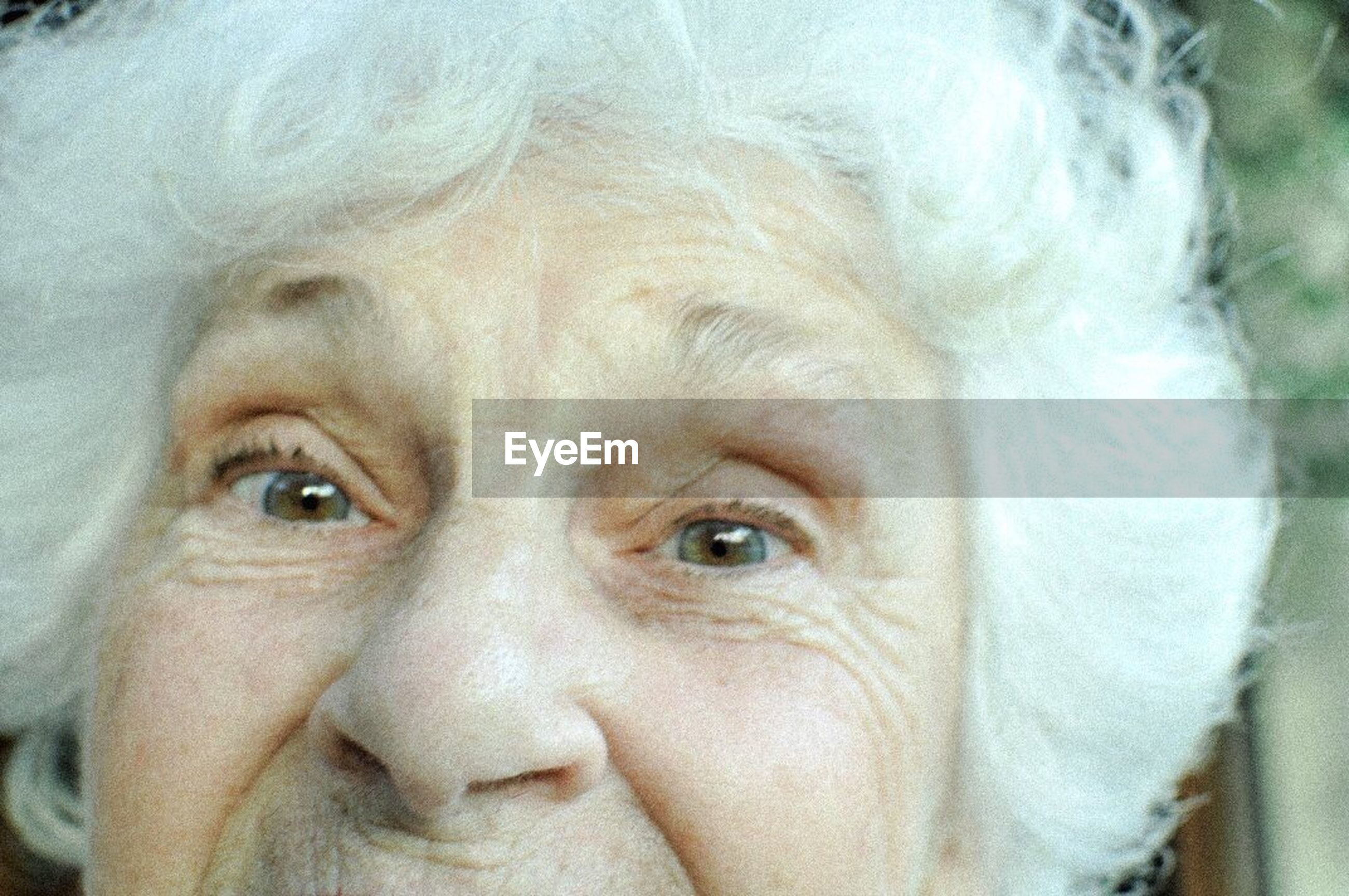 looking at camera, human face, portrait, close-up, human body part, human eye, one person, adult, real people, only women, people, smiling, day, adults only