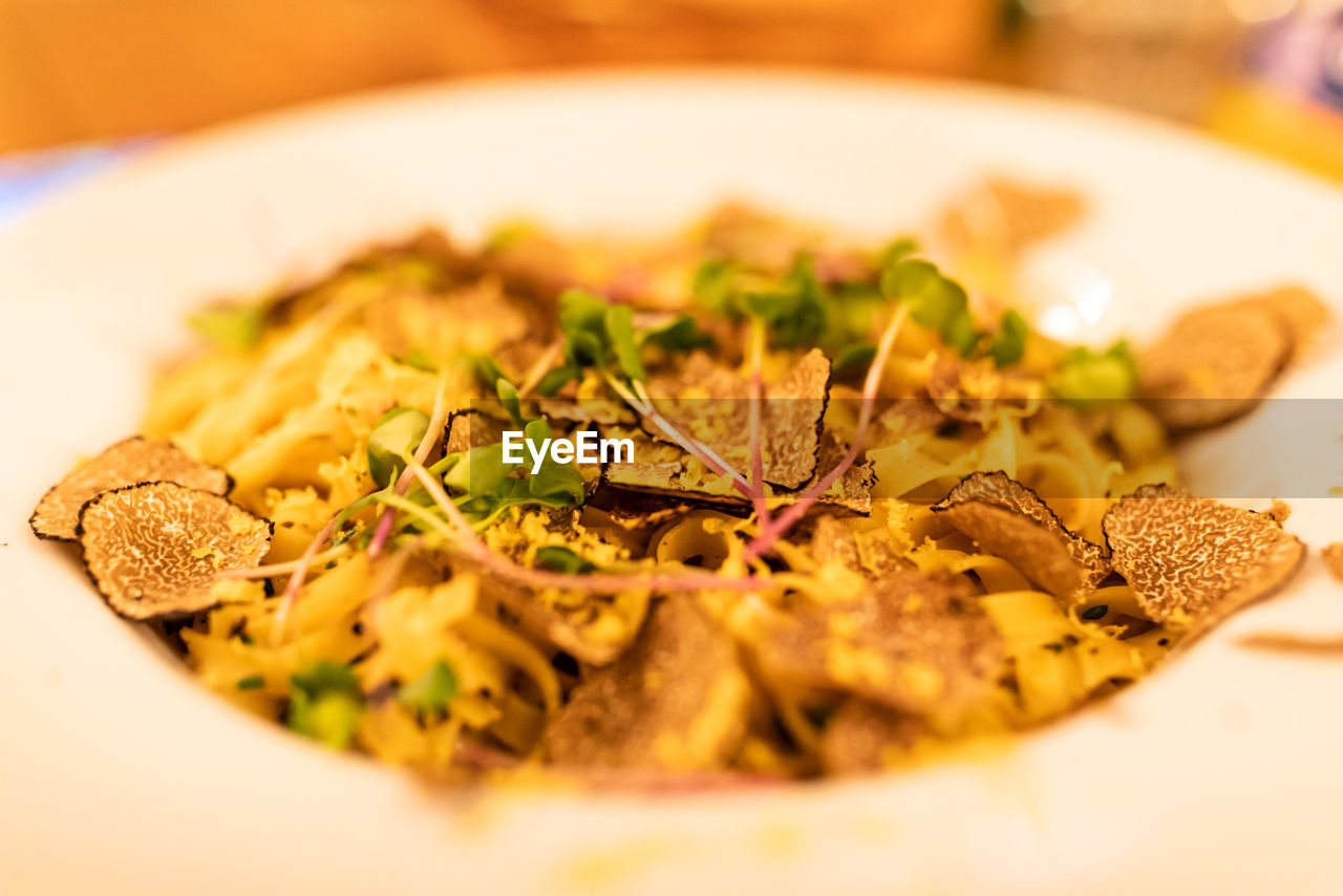 food and drink, food, selective focus, freshness, ready-to-eat, close-up, still life, indoors, plate, serving size, wellbeing, healthy eating, table, no people, indulgence, italian food, pasta, vegetable, meal, herb, garnish, temptation