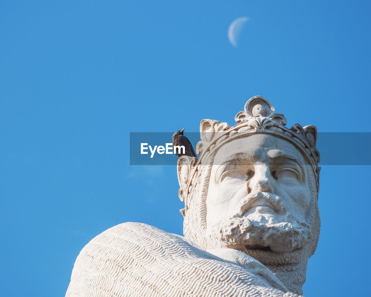 LOW ANGLE VIEW OF STATUES AGAINST CLEAR BLUE SKY