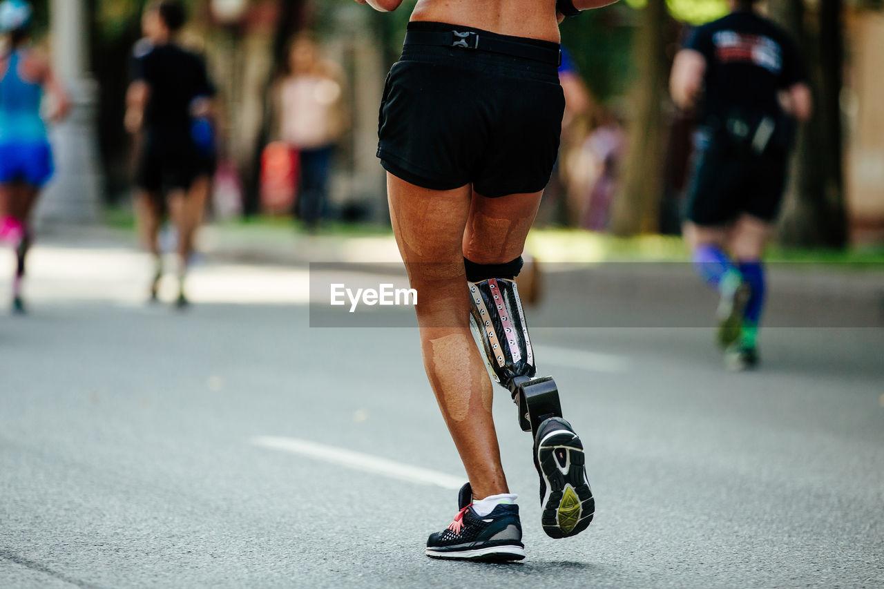 Back female runner disability in prosthesis run city streets