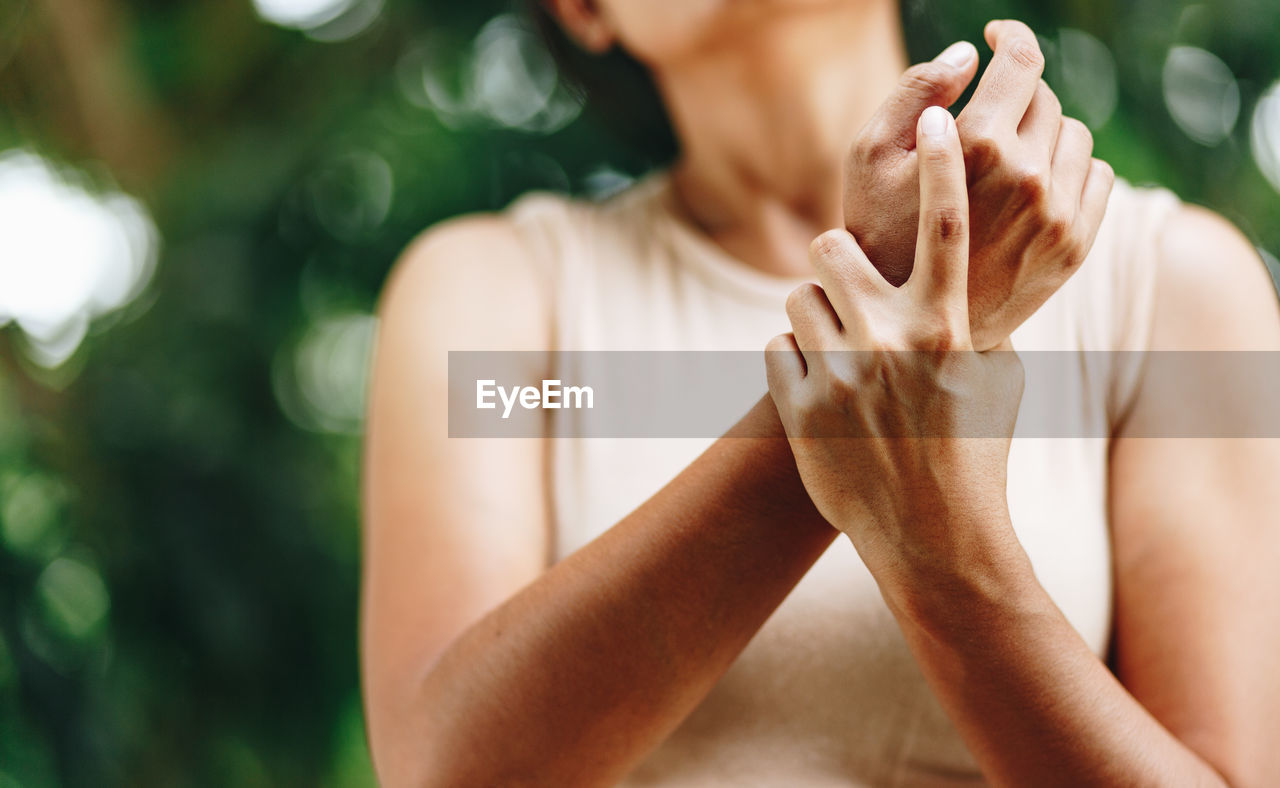 one person, real people, focus on foreground, lifestyles, human hand, hand, men, human body part, front view, leisure activity, women, adult, gesturing, midsection, day, close-up, finger, human finger, holding, obscured face