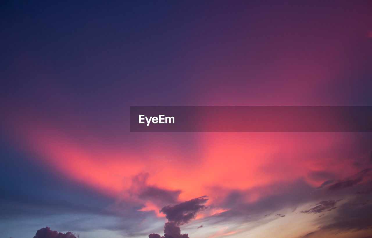 sky, cloud - sky, sunset, beauty in nature, scenics - nature, tranquility, tranquil scene, orange color, nature, no people, low angle view, dramatic sky, idyllic, outdoors, silhouette, red, copy space, romantic sky, environment, moody sky, purple, meteorology
