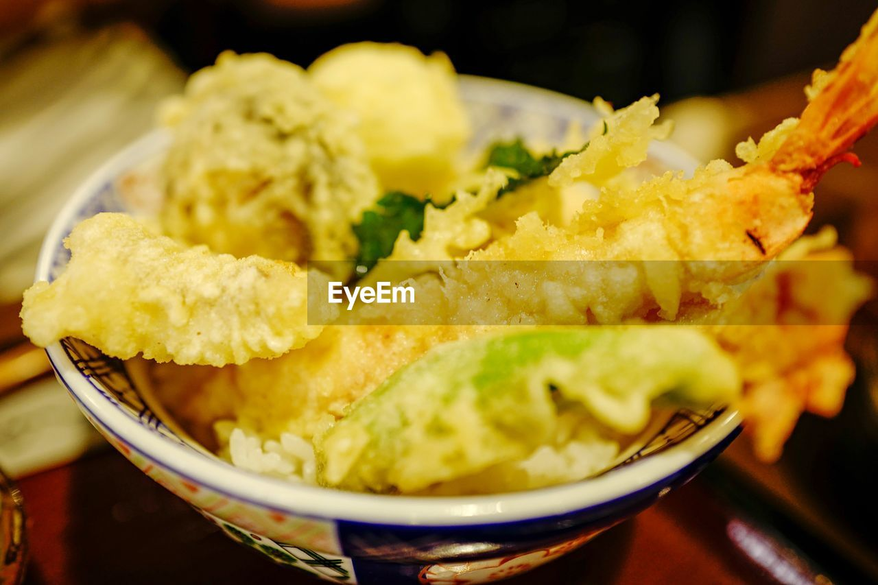food and drink, food, freshness, ready-to-eat, close-up, indoors, bowl, selective focus, potato, serving size, still life, unhealthy eating, prepared potato, snack, no people, meal, fried, yellow, focus on foreground, deep fried, japanese food, temptation, tray