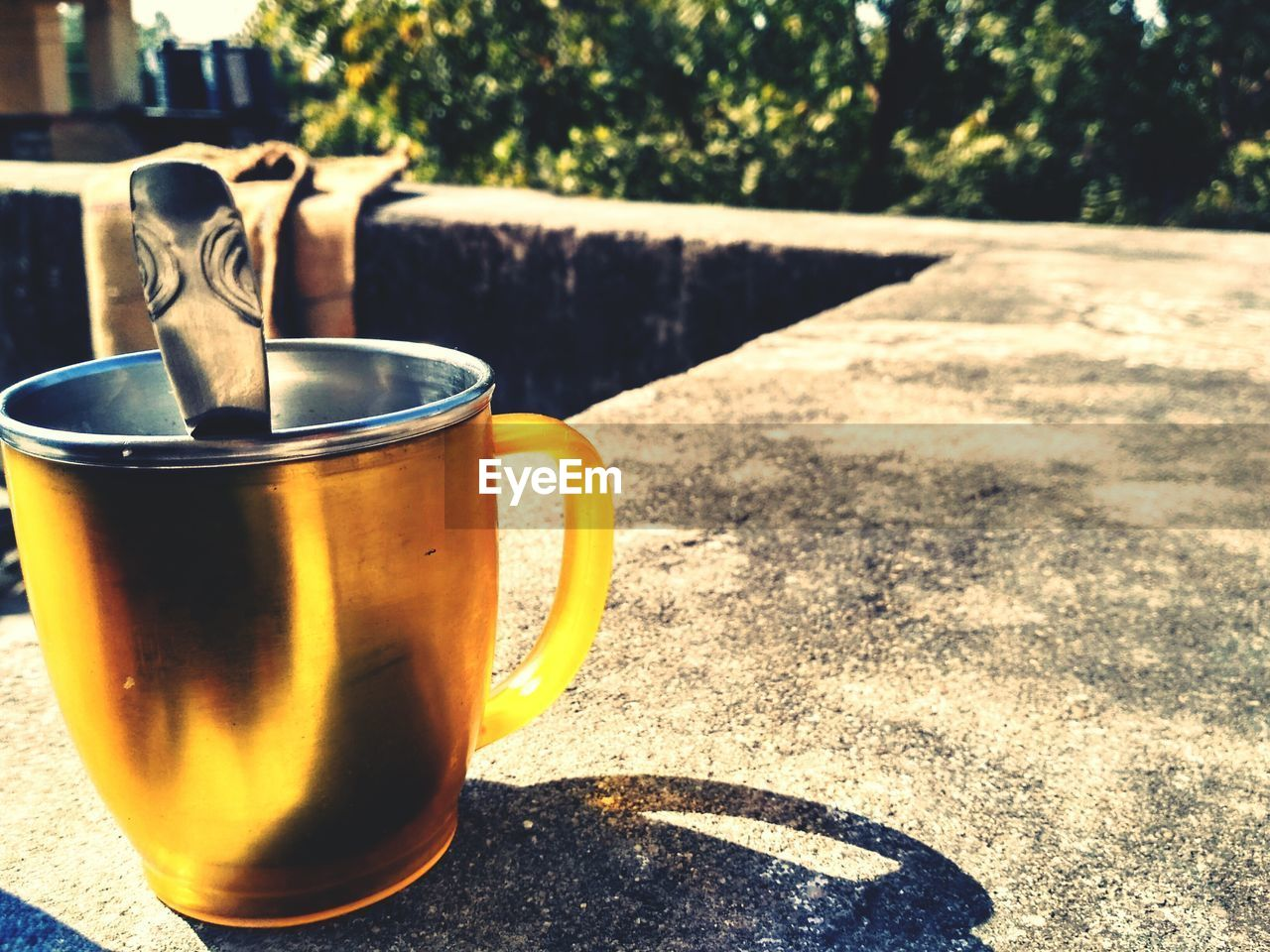 drink, refreshment, table, coffee cup, sunlight, food and drink, coffee - drink, no people, close-up, day, shadow, tea - hot drink, drinking glass, freshness, outdoors, healthy eating, tree