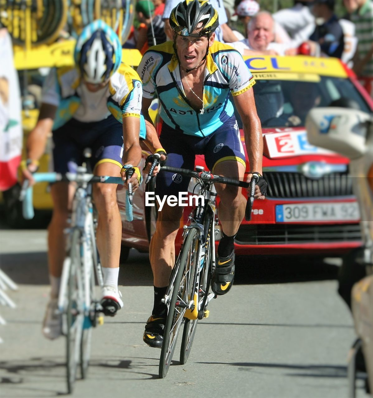 bicycle, mode of transport, men, land vehicle, real people, sports race, day, outdoors, racing bicycle, large group of people, sport, cycling helmet, sportsman