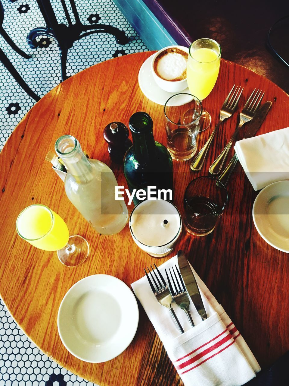 HIGH ANGLE VIEW OF WINE AND GLASSES ON TABLE
