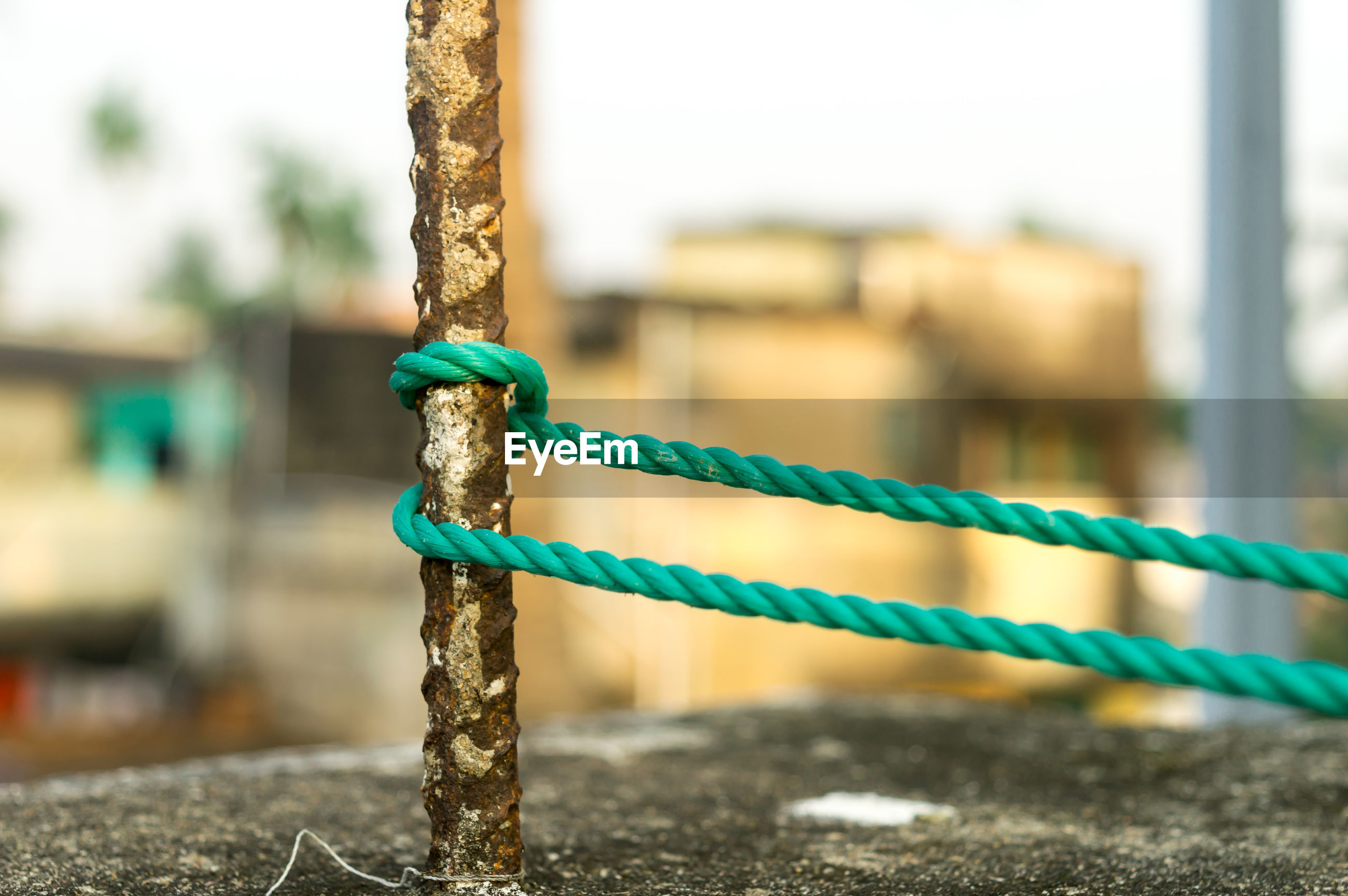 CLOSE-UP OF ROPE TIED UP ON METAL POLE