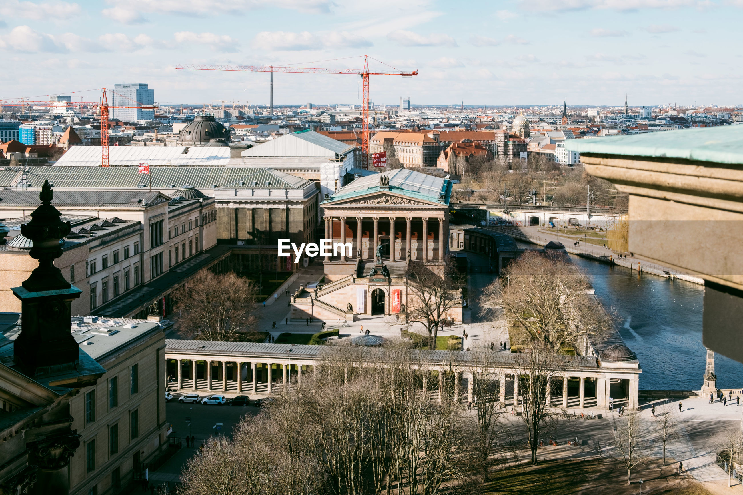 HIGH ANGLE VIEW OF BRIDGE OVER RIVER BY BUILDINGS IN CITY