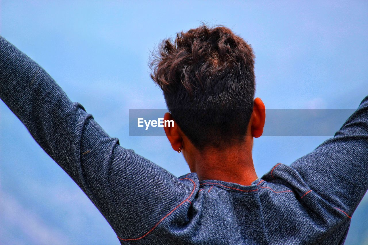 real people, rear view, lifestyles, headshot, sky, one person, men, portrait, casual clothing, leisure activity, day, nature, outdoors, focus on foreground, close-up, young men, standing, hair, human body part, human hair