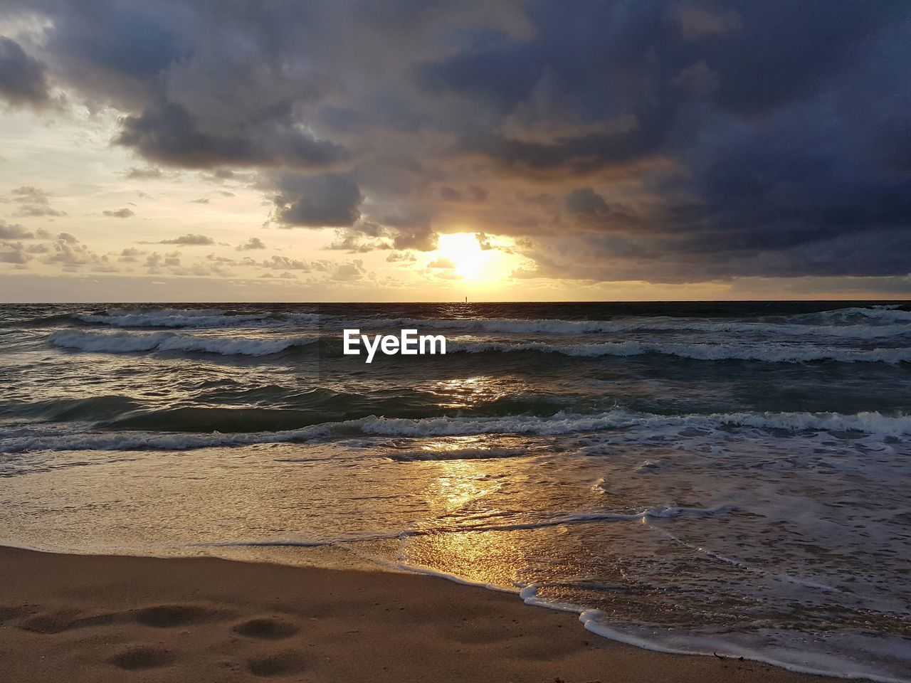 sea, sky, sunset, water, beach, beauty in nature, cloud - sky, land, scenics - nature, horizon, horizon over water, wave, idyllic, motion, tranquility, nature, tranquil scene, no people, sand, outdoors